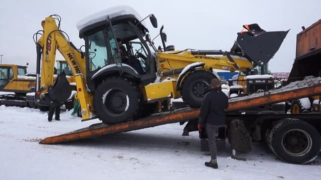 Доставка тракторов эвакуатором по Москве