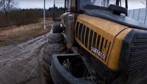 Лесозаготовительная техника заезжает на трал